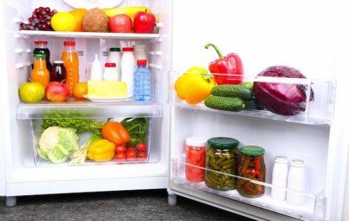 Utilizările bicarbonatului de sodiu pentru îndepărtarea mirosurilor din frigider
