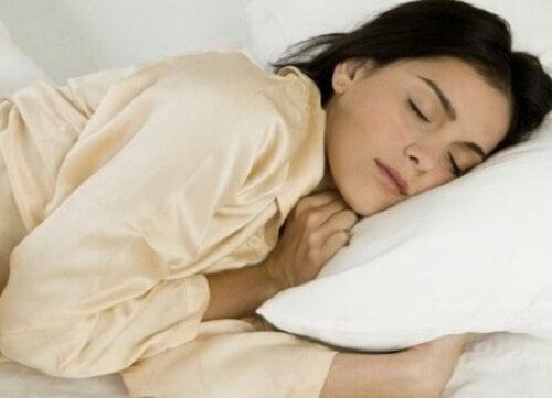 Dacă dormi pe partea stângă, te bucuri de multe beneficii