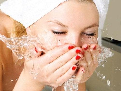 Trebuie să te speli pe față ca să elimini acneea și punctele negre
