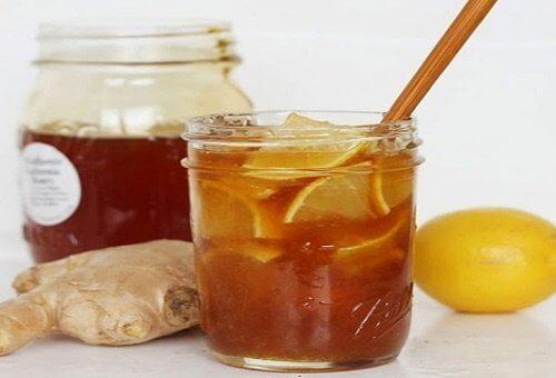 Băutură din miere, ghimbir și lămâie