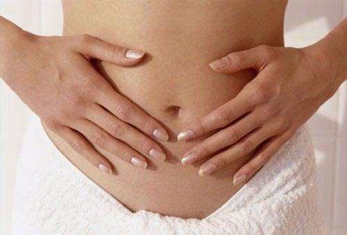 Femeie pipăindu-și abdomenul