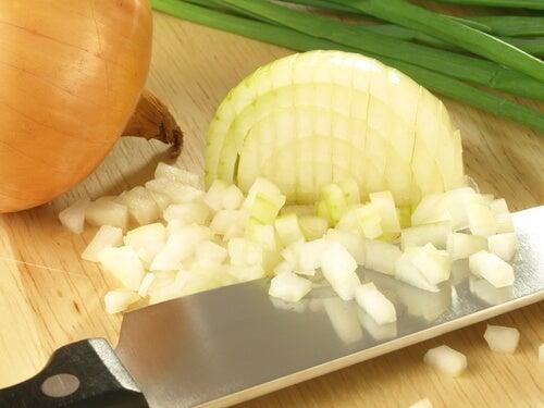 Cum să tai ceapă fără să lăcrimezi
