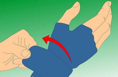 Degetele umflate pot fi tratate cu mănuși de compresie