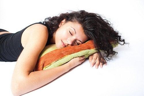 Obiceiul de a dormi pe partea stângă este benefic pentru inimă