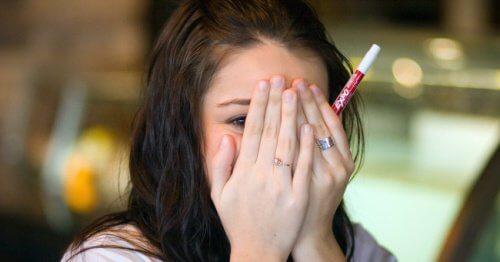 Fată care îți acoperă fața cu mâinile