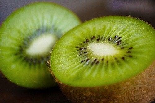 Kiwi ca ingredient într-un smoothei verde pentru slăbit