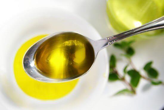 Lingură cu ulei de măsline și lămâie