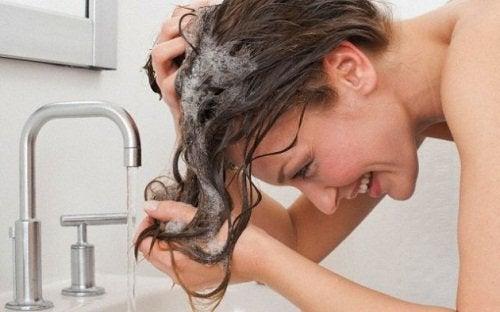 Ai nevoie de un șampon bun pentru a îndepărta mătreața
