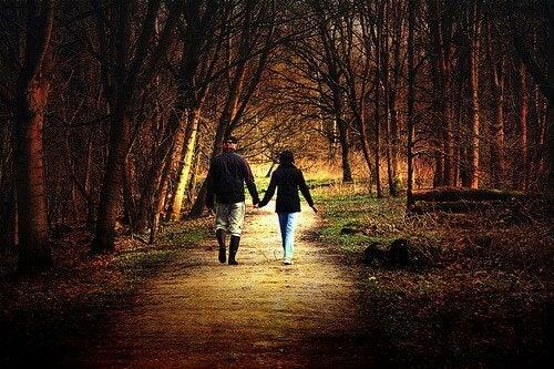 Mersul pe jos în natură este benefic pentru dispoziție
