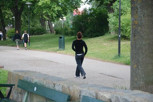 Femeie făcând jogging în parc
