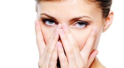 Ochii pot deveni roșii atunci când sunt uscați