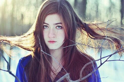 Fată cu păr încâlcit