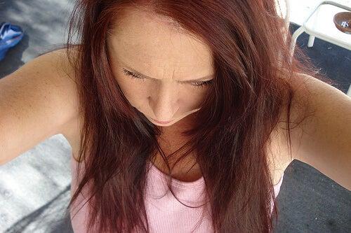 Femeie cu părul uscat