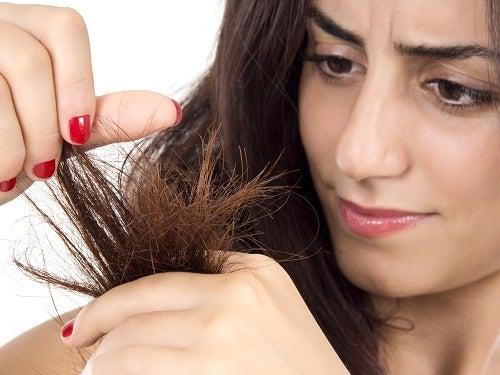 9 măști care te ajută să remediezi părul uscat