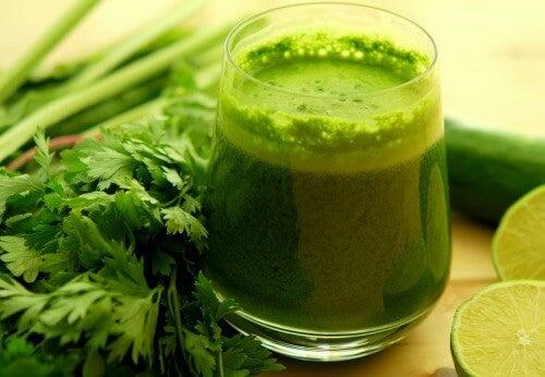 Un pahar de suc verde te ajută să ai un pH echilibrat