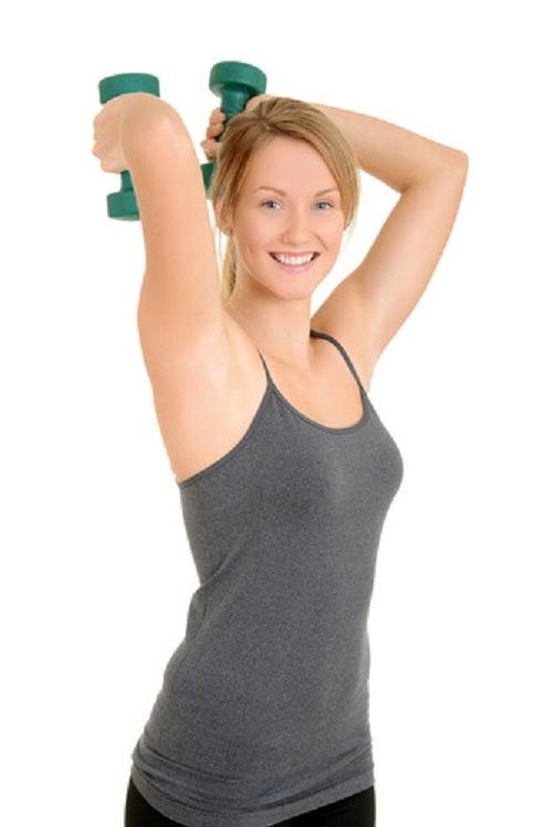 Poți scăpa de pielea flască de pe brațe făcând exerciții cu gantere