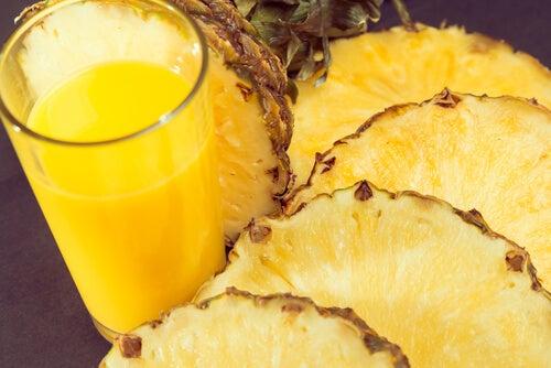 Bea un smoothie de ananas ca să fii mai sănătoasă