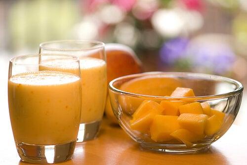 Un pahar de smoothie oranj e bun pentru sănătate