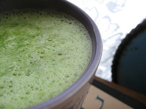 Un pahar de smoothie verde este foarte sănătos