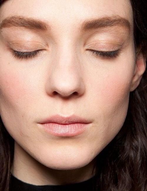 Sprâncenele pot face fața să pară mai slabă