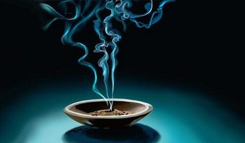Alungă energia negativă din locuință cu ajutorul fumigației