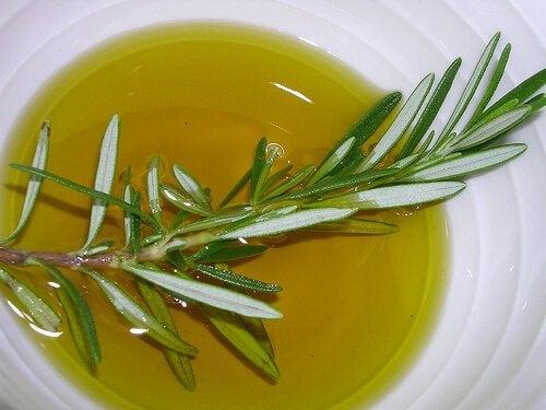 Uleiul de rozmarin poate fi amestecat cu alte uleiuri