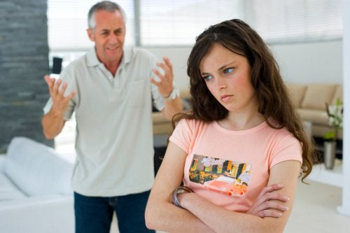 Părinții intră în conflict cu copiii când încearcă să ofere lecții de viață pentru adolescenți