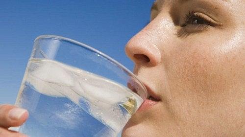La menopauză este bine să bei cât mai multă apă