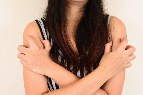Cum să elimini coșurile de pe brațe care îți provoacă neplăceri