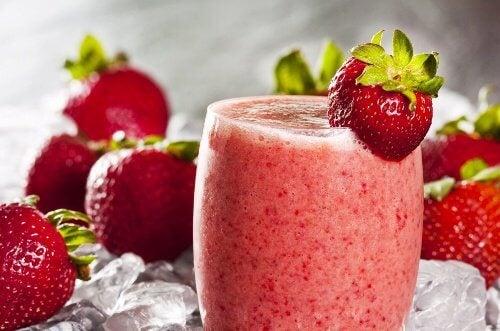 Shake-urile de căpșuni sunt mereu incluse în diete sănătoase