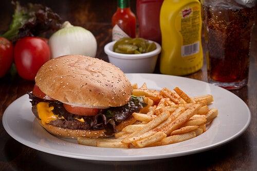 Mâncare fast food ce produce pielea flască