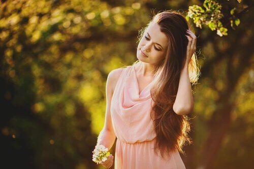 Fată care stă la soare
