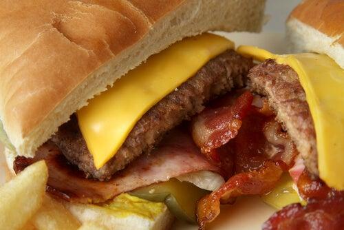 Hamburgerii sunt un aliment foarte nociv pentru sănătate
