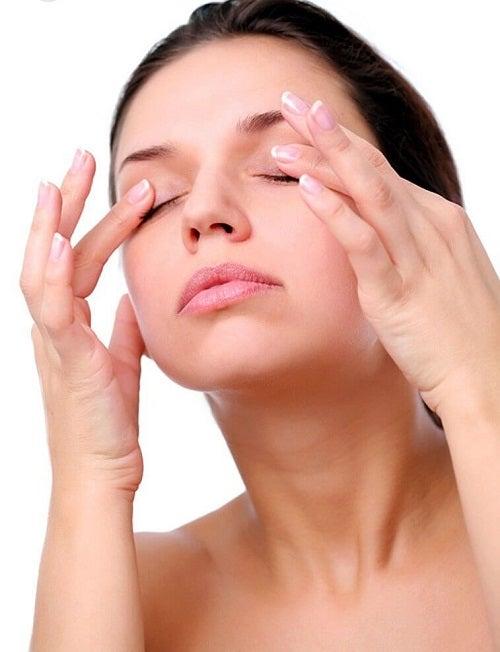 Masaj facial pentru întinerirea ochilor
