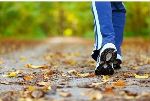 Mersul pe jos prevenind retenția de apă