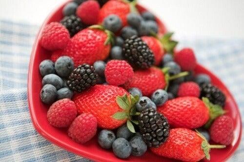 Pielea flască ameliorată cu fructe de pădure