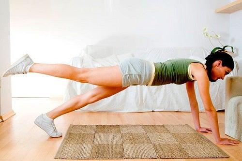 Reduci grăsimea de pe coapse prin ridicări ale picioarelor