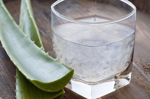 Sucul de aloe combate constipația