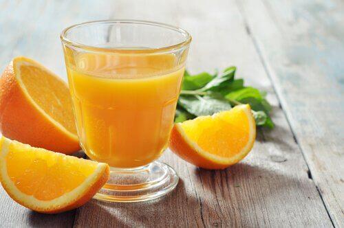 Alimente bogate în fier precum portocalele