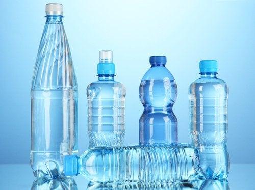 Pericole ale consumului de apă îmbuteliată în sticle de plastic