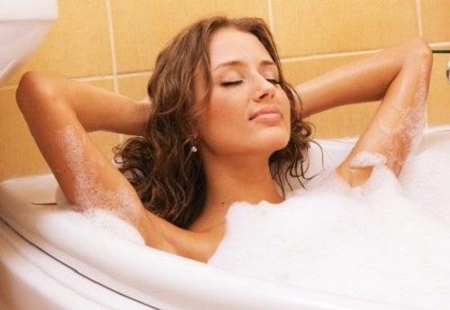 Moduri de a folosi apa oxigenată în baie