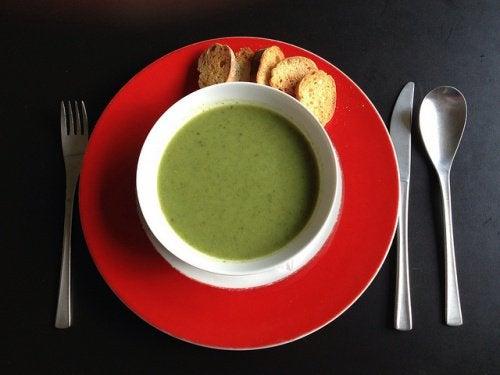 Cină sănătoasă pentru somn odihnitor cu supă de legume
