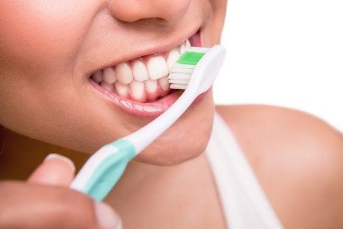 Moduri de a folosi apa oxigenată pentru curățarea dinților