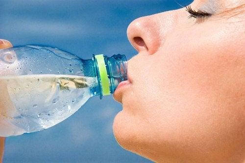 Hidratarea elimină grăsimea abdominală și retenția de apă
