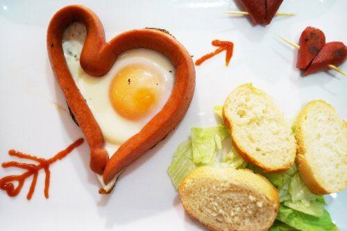 Poți să prepari ouă în formă de inimă cu crenvurști
