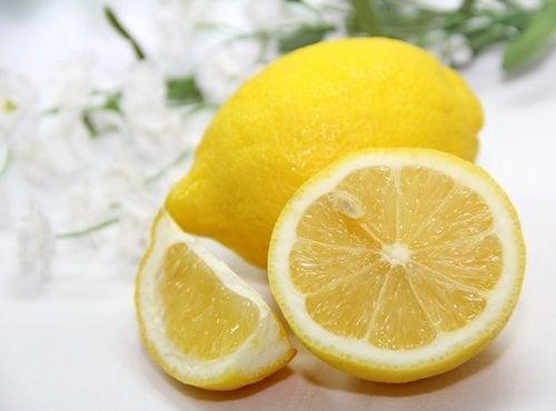 Lămâia pe lista de remedii pentru semnele lăsate de acnee