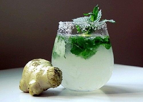 Bea limonadă cu ghimbir și mentă pentru un abdomen plat