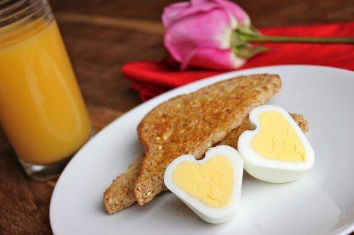 Servește la micul dejun ouă fierte în formă de inimă
