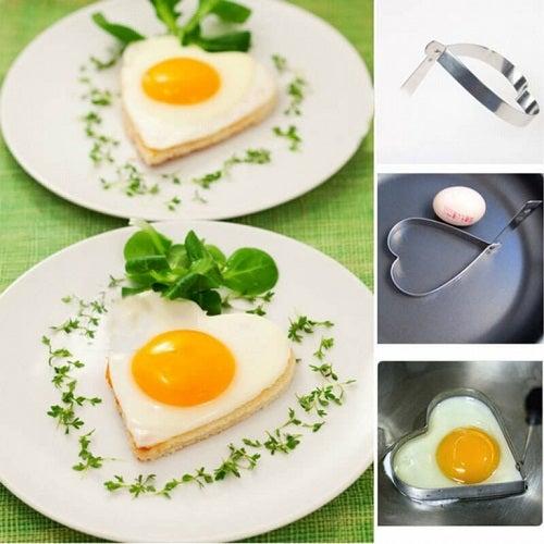Servește la micul dejun ouă în formă de inimă