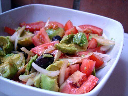 Cum să prepari o salată detoxifiantă cu roșii, ceapă și avocado